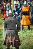 RITTER WEG, MOROZOVO, IM APRIL 2017: Festival der europäischen Mittelalter Mittelalterliches Turnier adelt in den Sturzhelmen und Stockbilder