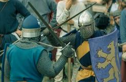RITTER WEG, MOROZOVO, IM APRIL 2017: Festival der europäischen Mittelalter Mittelalterliches Turnier adelt in den Sturzhelmen und Lizenzfreies Stockbild