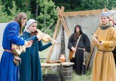RITTER WEG, MOROZOVO, KWIECIEŃ 2017: Średniowiecznej muzyk plenerowej sztuki muzyczni instrumenty Zdjęcie Stock