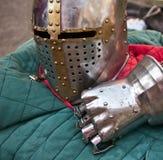 Rittersturzhelm und -handschuh Stockbild