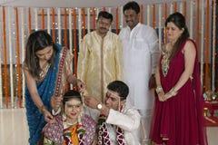 Ritual av Mangalsutra i indiskt hinduiskt maharashtrabröllop fotografering för bildbyråer
