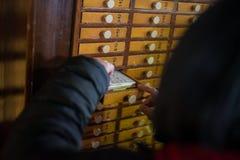Ritual budista en templo en Tokio, Japón Imágenes de archivo libres de regalías