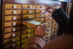 Ritual budista en templo en Tokio, Japón Fotos de archivo libres de regalías