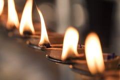 Ritual budista: Lámpara ardiente, de modo que un deseo entre el cumplimiento Fotos de archivo