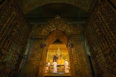 Ritual de la madrugada del lavado de la cara a Maha Myat Muni Buddha Image Imagen de archivo