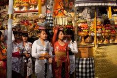 Ritual de Melasti no console de Bali Fotos de Stock Royalty Free