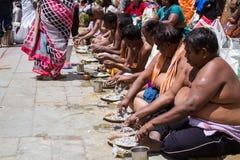 Ritual de Tarpana en la India Imagen de archivo libre de regalías
