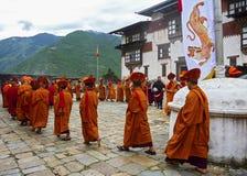 Ritual del monje en el dzong de Trashigang - Bhután Imagen de archivo