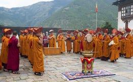 Ritual del monje en el dzong de Trashigang - Bhután Foto de archivo