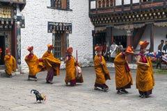 Ritual del monje en el dzong de Trashigang - Bhután Imagen de archivo libre de regalías