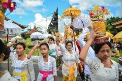 Ritual del ` s de la gente del Balinese en el templo del ` s de Pulasari Fotos de archivo libres de regalías