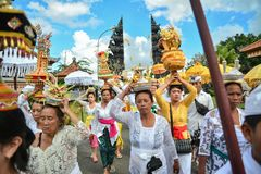 Ritual del ` s de la gente del Balinese en el templo del ` s de Pulasari Foto de archivo libre de regalías