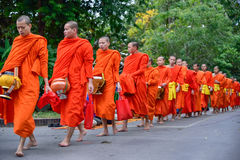 Ritual diario de los monjes budistas de recoger limosnas y ofrendas Foto de archivo libre de regalías