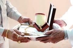 Ritual hindu indiano do casamento fotografia de stock