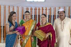 Ritual i indiskt hinduiskt bröllop royaltyfria foton