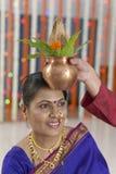 Ritual i indiskt hinduiskt bröllop royaltyfri bild