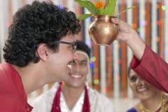 Ritual i indiskt hinduiskt bröllop arkivbilder