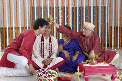 Ritual i indiskt hinduiskt bröllop fotografering för bildbyråer