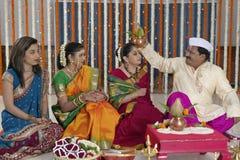 Ritual i indiskt hinduiskt bröllop royaltyfri foto