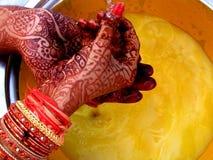 Ritual mit Mehendi Stockfotografie