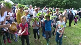 Ritual pagano del día de fiesta del pleno verano La gente lava las manos y la cara con el agua de manatial almacen de video