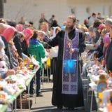 Ritual pascual ortodoxo tradicional - sacerdote que bendice el huevo de Pascua Foto de archivo