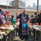 Ritual pascual ortodoxo tradicional - sacerdote que bendice el huevo de Pascua Fotos de archivo libres de regalías