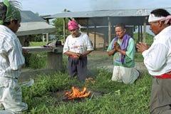 Ritual religioso de los sacerdotes del indio de Ixil del guatemalteco imagenes de archivo