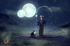 Rituale magico con il gatto sotto due lune Fotografia Stock Libera da Diritti