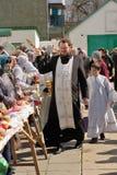 Rituale pasquale ortodosso tradizionale - la gente di benedizione del sacerdote, ea Immagini Stock