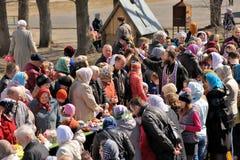Rituale pasquale ortodosso tradizionale - la gente di benedizione del sacerdote, ea Fotografie Stock