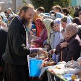 Rituale pasquale ortodosso tradizionale - sacerdote che benedice l'uovo di Pasqua Fotografia Stock Libera da Diritti