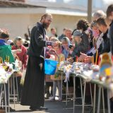 Rituale pasquale ortodosso tradizionale - sacerdote che benedice l'uovo di Pasqua Immagine Stock Libera da Diritti
