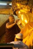Ritualen av den dagliga framsidan som tvättar den Mahamyatmuni Buddha Arkivfoto