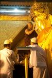 Ritualen av den dagliga framsidan som tvättar den Mahamyatmuni Buddha Arkivbilder