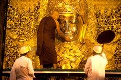 Ritualen av den dagliga framsidan som tvättar den Mahamyatmuni Buddha Royaltyfri Bild
