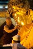 Ritualen av den dagliga framsidan som tvättar den Mahamyatmuni Buddha Royaltyfri Fotografi