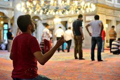 Ritualen för den Eyup sultanmoskén av dyrkan centrerade i bönen, Istanbu Fotografering för Bildbyråer