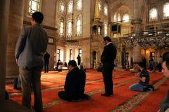 Ritualen för den Eyup sultanmoskén av dyrkan centrerade i bönen, Istanbu Royaltyfri Fotografi