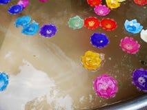 Ritualen som ber den färgrika stearinljuset som svävar på vatten för, ber buddha Arkivfoto