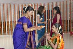 Ritualer i indisk hinduisk bröllopvisningrespekt och välsignelser. royaltyfri fotografi