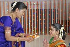 Ritualer i indisk hinduisk bröllopvisningrespekt och välsignelser. arkivfoto