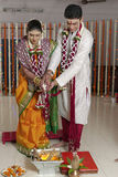 Ritualer i indiskt hinduiskt bröllop royaltyfria bilder