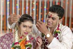 Ritualer i indiskt hinduiskt bröllop royaltyfria foton