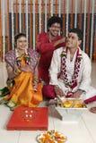 Ritualer i indiskt hinduiskt bröllop arkivbilder