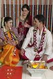 Ritualer i indiskt hinduiskt bröllop arkivfoton