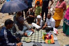 Ritualer och ceremonier för Hinduism begravnings- på kollapsad byggnad efter jordskalvkatastrof royaltyfri fotografi