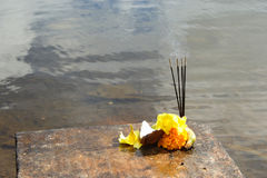 Rituali indù - bastoni, frutta e fiori del sandalo Fotografia Stock Libera da Diritti
