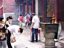 Ritueel en godsdienst, wierook en brand, tempel en verering in China stock afbeelding