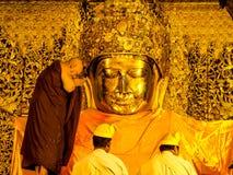 Rituel de lavage de visage d'image de Mahamuni Bouddha, Mandalay photos libres de droits
